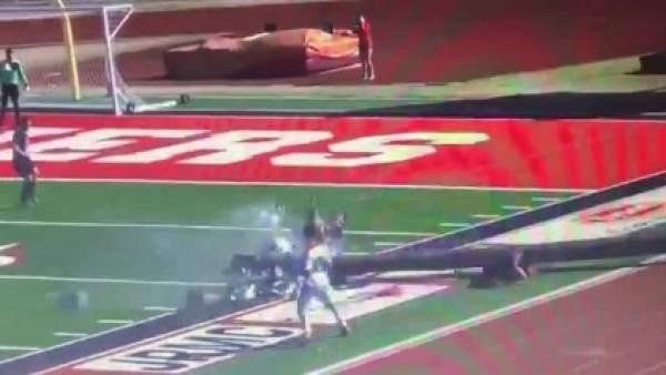 Un poste de la luz cae durante un partido de fútbol en Arkansas.