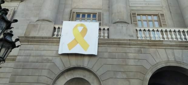 El lazo amarillo vuelve a estar colgado este jueves 14 de marzo en la fachaza del Ayuntamiento de Barcelona.
