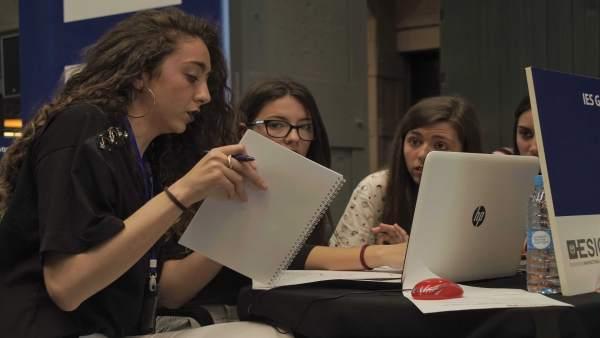 Jóvenes participan en el juego de simulación