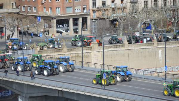 Un centenar de agricultores con 50 tractores reclaman en Lleida ayudas del Estad