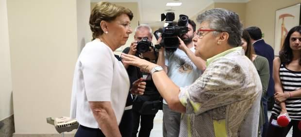 Magdalena Álverez y Pilar Vera en los pasillos del Congreso