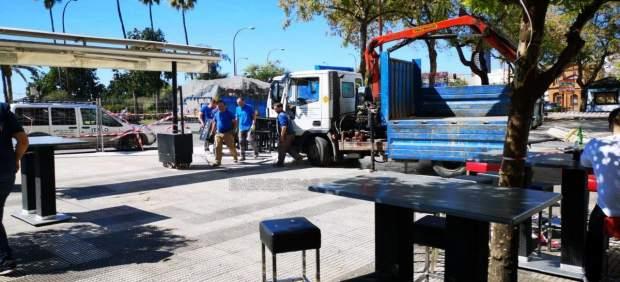 Sevilla.- Retirados del paseo de Colón 41 mesas y 118 sillas o taburetes por su