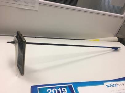 Una flecha atraviesa un móvil