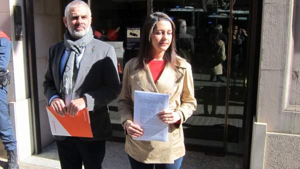Arrimadas lleva a la Fiscalía la decisión de Torra de no retirar los lazos.