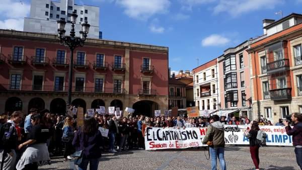 'El Capitalismo Mata El Planeta', Gritan En La Manifestación Estudiantil Convoca