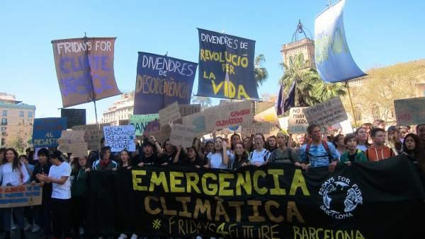 Más de 2.000 estudiantes marchan en Barcelona contra el cambio climático: 'Quere