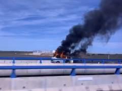 Suc.- Un incendio de una furgoneta obliga a cortar un carril de la A-66, en Calz