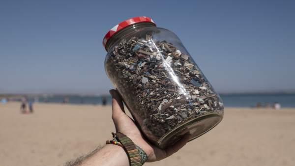 Ecologistas exigen el fin del 'maldito plástico' tras recoger 18.000 litros de r