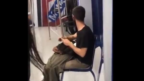 Un joven afila un cuchillo en Metro de Madrid