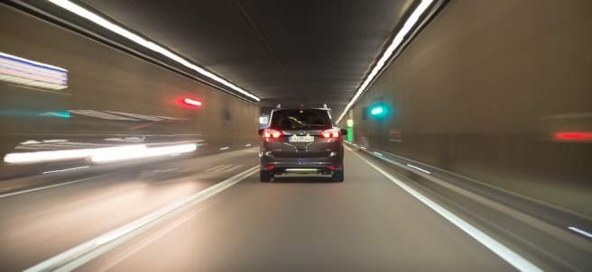 ¿Qué es el efecto túnel al volante y cómo se puede evitar?