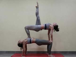 Las sorprendentes posturas de yoga de Cristina Pedroche