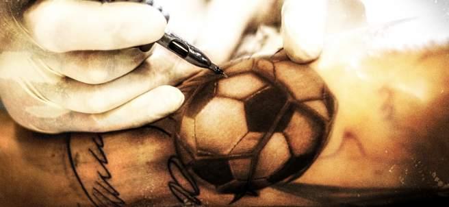 Un tatuador, en plena faena
