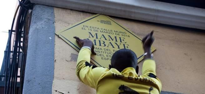 Placa en memoria a Mame Mbaye, el mantero senegalés.