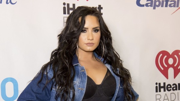 Demi Lovato posando
