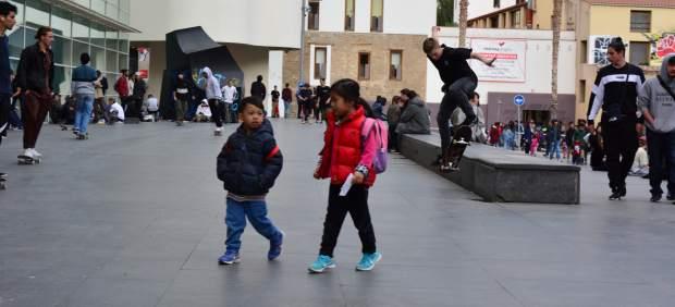 Skaters en la plaza dels Àngels, frente al museo Macba.
