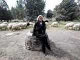Manuela Carmena, con las ovejas de la Casa de Campo