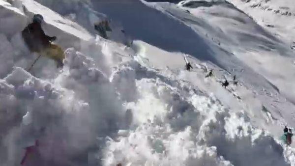 Una avalancha sorprende a unos esquiadores