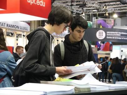 Dos jóvenes consultando la oferta universitaria en el Saló de l'Ensenyament.