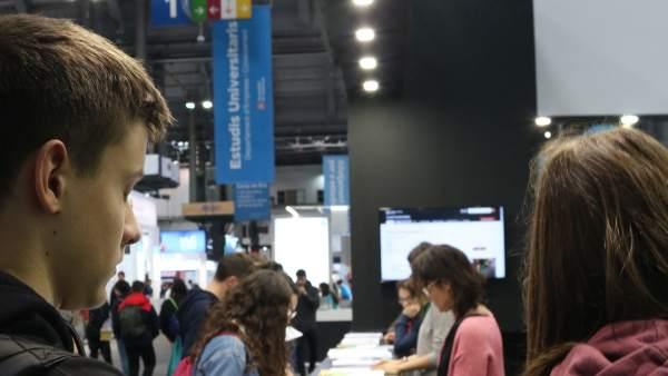 Dos jóvenes buscan información sobre universidades en el Saló de l'Ensenyament 2019.