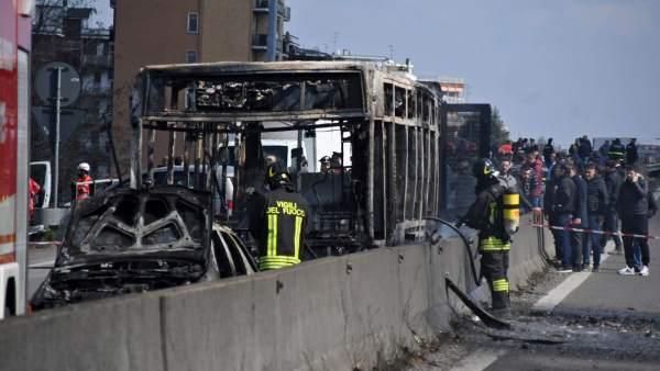 Un hombre prendió fuego, sin consecuencias, a un autobús escolar en Italia