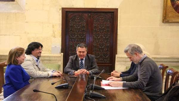 Sevilla.- Espadas analiza con los Capuchinos la creación de una fundación y estu