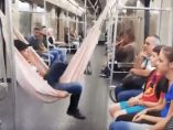 En el metro con hamaca