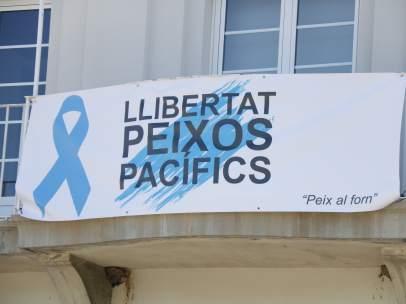 Pancarta en la fachada del ayuntamiento de Port de la Selva (Alt Empordà).