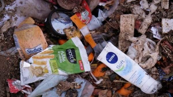Greenpeace organiza una recogida de plásticos en la playa de Sa Ràpita para denu