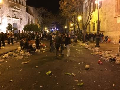 Suciedad en la plaza del Mercado tras una verbena fallera