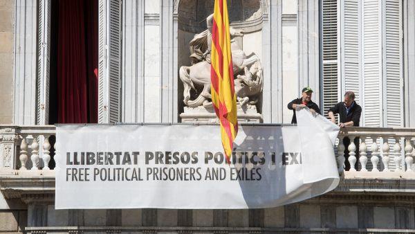 Retiran la pancarta de la Generalitat