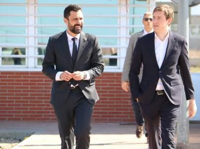 El president del Parlament, Roger Torrent (izquierda) a la salida de la prisión de Alcalá Meco, donde ha visitado a presos soberanistas.
