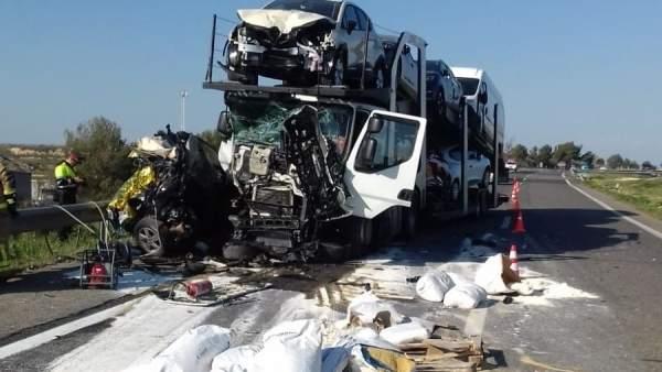 27aaf1a35 Muere una mujer en un accidente al desengancharse un coche averiado de una  grúa en Alcarràs