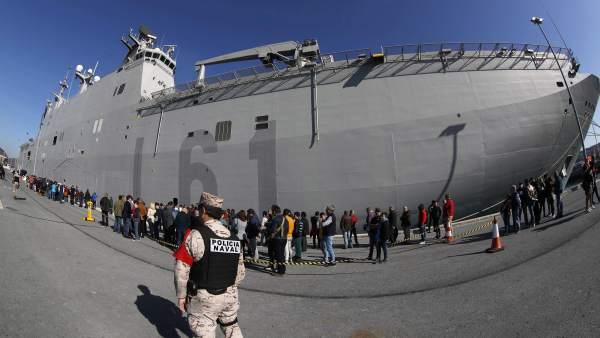 Largas colas y polémica en Getxo por el portaaviones 'Juan Carlos I'
