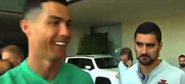 Ronaldo bromea con un fan