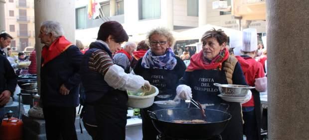 Miles de personas degustan unos 15.000 crespillos en Barbastro (Huesca)