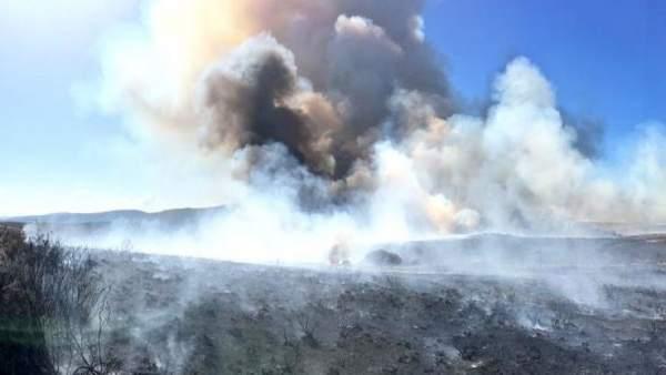 Incendios.- Medios terrestres y áereos trabajan para sofocar un fuego en Calabor