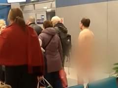 Un hombre desnudo en un avión