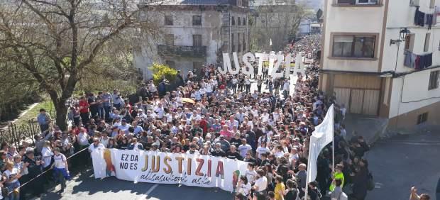 AMP.- Una multitudinaria manifestación rechaza la sentencia del caso Alsasua