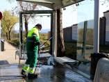 Un operario limpiando la parada de autobús de Sabadell de delante del cementerio tras el accidente mortal.