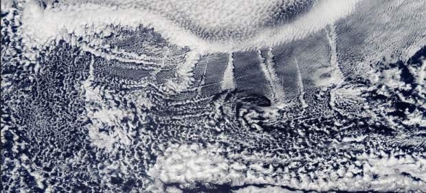 Estelas nubosas producidas por las emisiones de barcos se ven desde el espacio