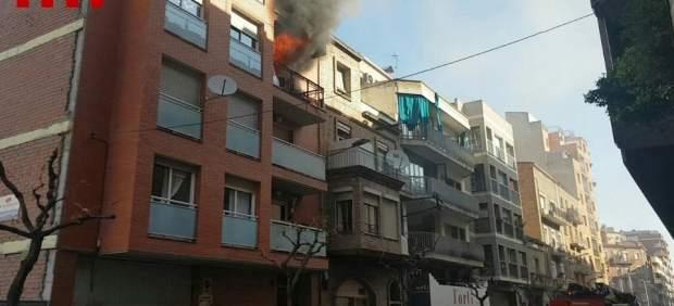 Tres heridos en el incendio de un piso en Lleida que calcina la vivienda