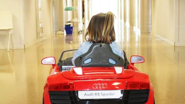 Els hospitals de Torrevieja i Vinalopó canvien lliteres per cotxes teledirigits per a portar els xiquets al quiròfan
