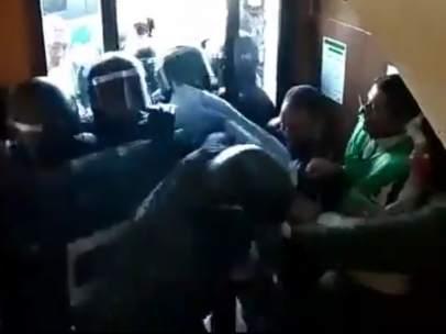 Imagen del vídeo de la PAH en el momento de la entrada de los Mossos d'Esquadra en un edificio de Manresa para proceder a un desahucio.