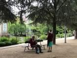 Jubilados gallegos en la Alameda de Santiago, pensionistas