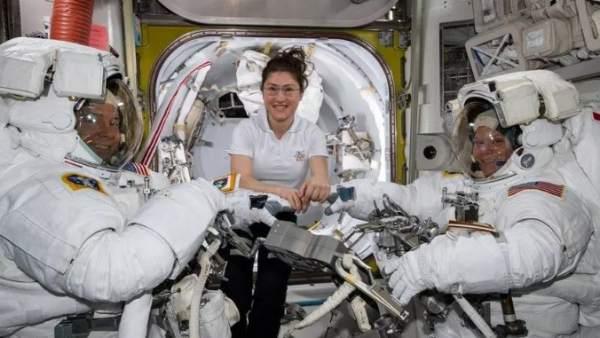 La astronauta Christina Koch, con dos compañeros el pasado 22 de marzo.
