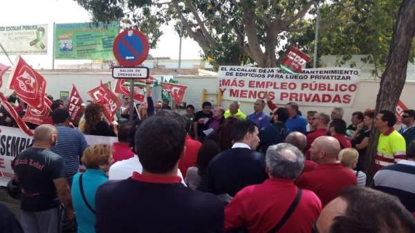 Sevilla.- Concentración sindical ante el CEIP Vélez de Guevara contra la nueva l