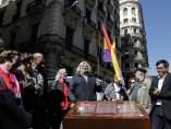 Descubren una placa de memoria de la represión al lado de la Prefectura de Policía Nacional de Via Laietana.