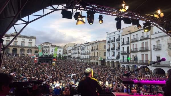 La Plaza Mayor de Cáceres durante una actuación del viernes en el Womad