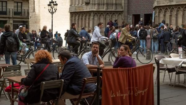 Terrazas, bicis, y grupos de turistas impiden el paso de peatones en los alrededores de Santa María del Mar.