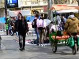 Triciclos, top manta y turistas dificultan el paso en el final de la Rambla y Colón.
